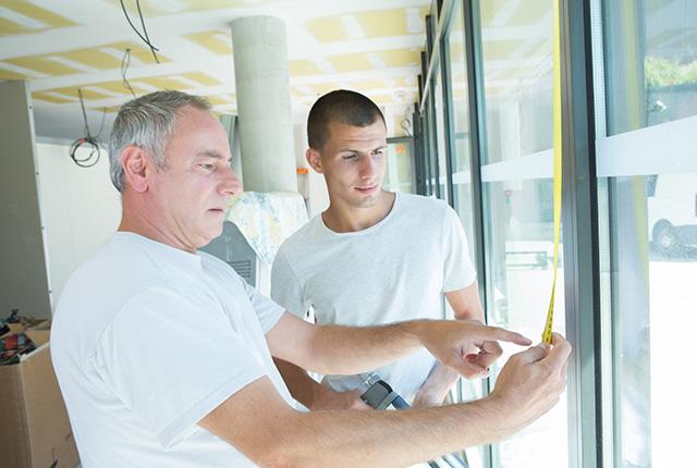 Ausmessen von Türen und Fenstern. Aufmaß im Neu- & Altbau bestimmen